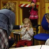 Besonders euphorisch scheint Prinzessin Amalia im neuen Klassenzimmer noch nicht zu sein. Die Tochter von Prinzessin Máxima und Prinz Willem-Alexander kommt 2007 in Wassenaar, wo das Kronprinzenpaar wohnt, in die Schule.