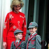 Zwei Brüder, eine Schule: Prinz Harry, hat seinen ersten Tag in der Wetherby-School in Notting Hill 1989. Auf die selbe Schule geht Prinz William bereits. Prinzessin Diana bringt ihre beiden Jungs dorthin.