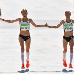 Anna und Lisa Hahner laufen beim Marathon Hand in Hand durch die Ziellinie. Die Zwillinge belegen Platz 81 und 82 bei Olympia in Rio.