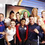 Achtung, Achtung! Alle amerikanischen Olympionikinnen, die nicht bei drei auf dem Baum sind, landen auf einem Gruppenfoto mit Womanizer Zac Efron.