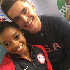 """Superstar trifft Superstar: Nachdem US-Turn-Heldin Simone Biles öffentlich macht, wie sehr sie für Zac Efron schwärmt, beginnt der Schauspieler mit ihr auf Twitter zu flirten. Doch er hat noch eine größere Überraschung in petto. Am Dienstag (16. August) besucht der Hollywoodstar die vierfache Goldmedaillengewinnerin in Rio. """"Damit ihr es wisst, er hat mich auf die Wange geküsst"""", schreibt die 19-Jährige zu einer Bilderserie mit ihrem Schwarm bei Twitter."""