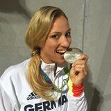 """Angie Kerber freut sich über ihre Silbermedaille. """"Eine der bedeutsamsten Wochen meiner Karriere"""" - postet unser Tennis-Ass."""