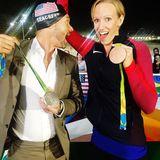 Moderator Ryan Seacrest feiert mit Schwimmerin Dana Vollmer die gewonnen Medaillen - und die coole Badekappe natürlich.
