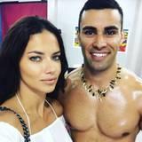Seit seinem Auftritt als Fahnenträger liegen Pita Nikolas Taufatofua die Frauen zu Füßen: Auch Supermodel Adriana Lima lässt sich ein Foto mit dem Tongaer nicht entgehen.