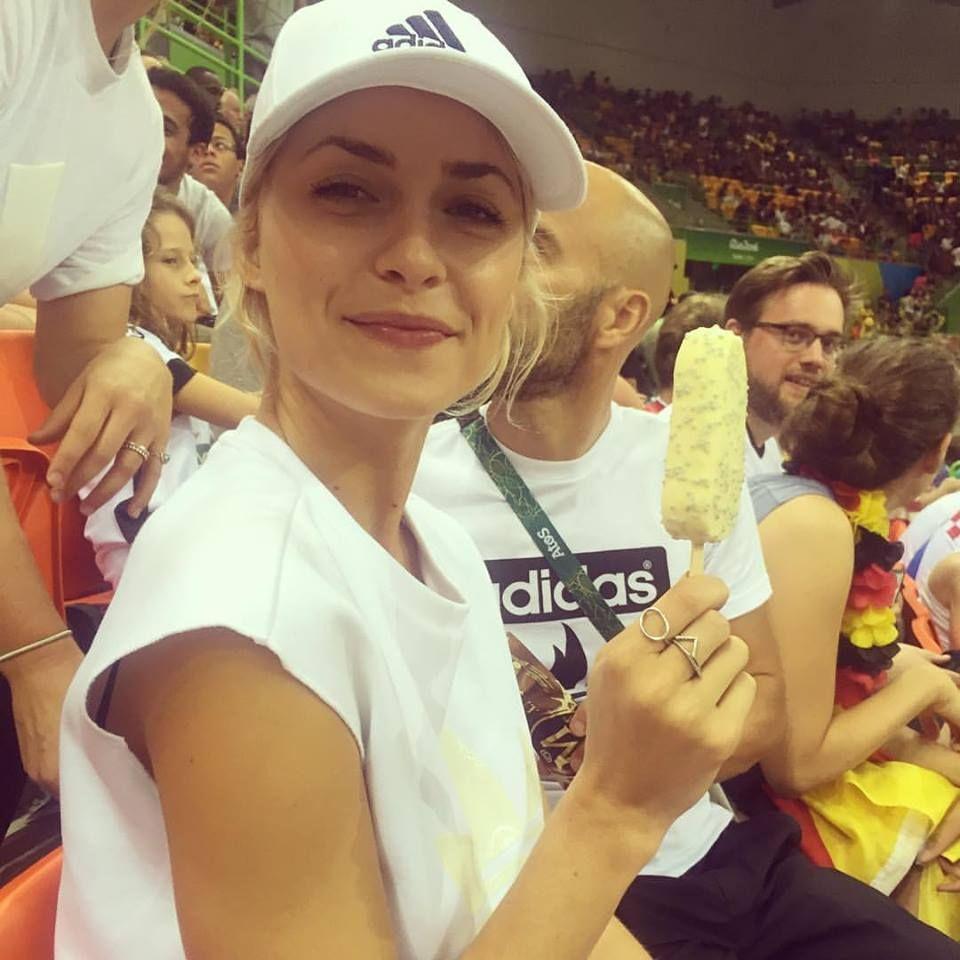 Bewaffnet mit Eis am Stiel, fiebert Lena Gercke mit der deutschen Handballmannschaft. Das Spiel gegen die Schweden gewinnen unsere deutschen Europameister mit 32:29.