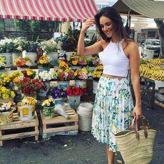 Stylisch macht lustig! Über einen Markt in Rio schlendert Schauspielerin Janina Uhse in kurzem Top und süßem Faltenrock mit Zitronen-Print.