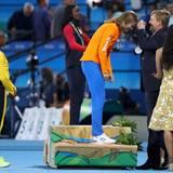 18. August 2016  König Willem-Alexander kann der niederländischen 200-Meter-Läuferin Niederländerin Dafne Schippers eine Silvermedaille umhängen.