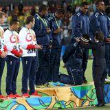 11. August 2016  Prinzessin Anne ehrt das Team der Fidschis mit der Goldmedaille im Rugby. Und dafür gehen die Sportler glatt vor ihr auf die Knie.
