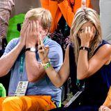 König Willem-Alexander und Königin Maxima können nicht hinsehen: Goldanwärter Epke Zonderland stürzt und verspielt sich damit alle Chancen auf eine Medaille am Reck. Mit einem Auge schaut Königin Maxima sich das Drama dann doch noch mal auf ihrem Handy an.