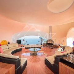 Geschmackvoll und modern: Der Wohnbereich fügt sich mit seinen organischen Formen in die Architektur ein.