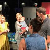 Was Millionen von Menschen nie schaffen werden, schafft dieses kleine Baby. Boomer lässt sich von Moderatorin Ellen DeGeneres tragen und herzen.