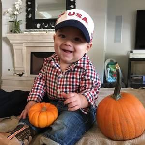 Einfach nur niedlich: Boomer Phelps lebt den amerikanischen Traum. Verkleidet als ein amerikanischer Holzfäller in Jeans, Karohemd, Stiefeln und Cappy, kann Halloween ja endlich kommen.