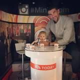 Habt acht ihr Moderatoren da draußen. Boomer Phelps moderiert im US-Fernsehen die Todayshow. Er braucht zwar noch die Rückendeckung von Papa Michael Phelps, aber der Nachwuchs schläft nicht.