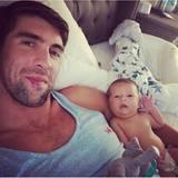 """Michael Phelps: """"Boomer sagt, wo's langgeht"""", schreibt Michael Phelps unter dieses Foto. Offenbar heißt das zu diesem Zeitpunkt: Einmal kuscheln, bitte."""