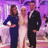 Juni 2016   Das Paar Zarrella moderiert durch die Hochzeit des Jahres von Daniela Katzenberger und Lucas Cordalis. Hier finden sie einen Moment mit der Braut für ein Erinnerungsfoto.