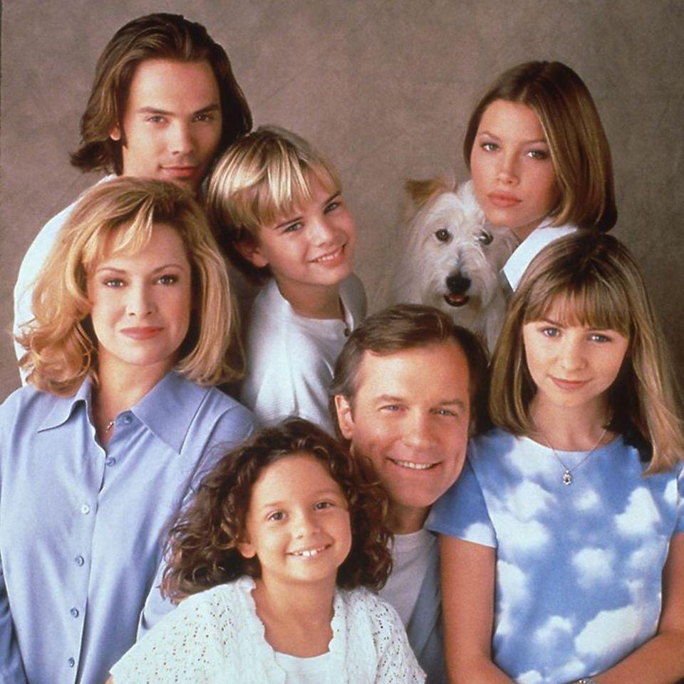 """Von 1996-2007 flimmert die beliebte Serie """"Eine himmlische Familie"""" (Originaltitel: """"7th Heaven"""") über das Leben von Familie Camden in einer kalifornischen Kleinstadt über unsere Bildschirme. Nach 11 Staffeln ist Schluss."""