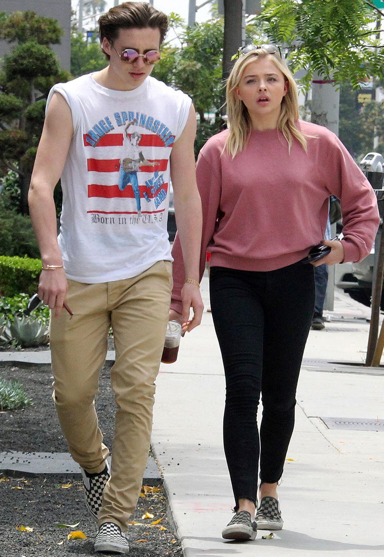 Chloë Moretz + Brooklyn Beckham  Ihre Vorliebe für sportliche Looks haben Chloë Moretz und Brooklyn Beckham während ihrer Beziehung miteinander geteilt. Ihr Geschmack rund um lässige Band-Shirts war dabei so ähnlich, dass sie sogar die gleichen Schuhe - nämlich karierte Vans - trugen.