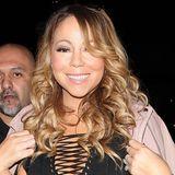 Im Oktober nun das überraschende Liebe-Aus: Für Mariah Carey kein Grund irgendetwas an ihrem Kleidungsstil zu ändern. Mit einem ganz ähnlichen Look zeigt sich die 46-Jährige nur kurz nach Verkündung der Trennung beim Dinner in Los Angeles. In einem knappen Mini-Dress mit großemn Ausschnitt und Netzstrümpfen geizt die Sängerin nicht mit ihren Reizen. Schließlich ist sie ja auch wieder zu haben...