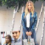 """Ihr Date im """"Nobu"""" in Los Angeles gehen Cathy und Mats Hummels etwas entspannter an als Ann-Kathrin und Mario. Statt edlem Kleid wählt Cathy eine Metallic-Bomberjacke und die Gucci-Tasche """"Sylvie"""" und schafft so einen coolen Glam-Look rund um ihre schlichte Skinny Jeans."""