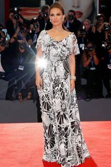 In diesem weiten Schwarz-Weiß-Kleid kann Schauspielerin Natalie Portman ihr süßes Geheimnis noch verbergen ...