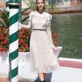 Es gibt kaum eine schönere Kulisse als die verträumten Kanäle von Venedig. Barbara Palvin verschönert diese mit ihrem romantischen Spitzenkleid sogar noch.