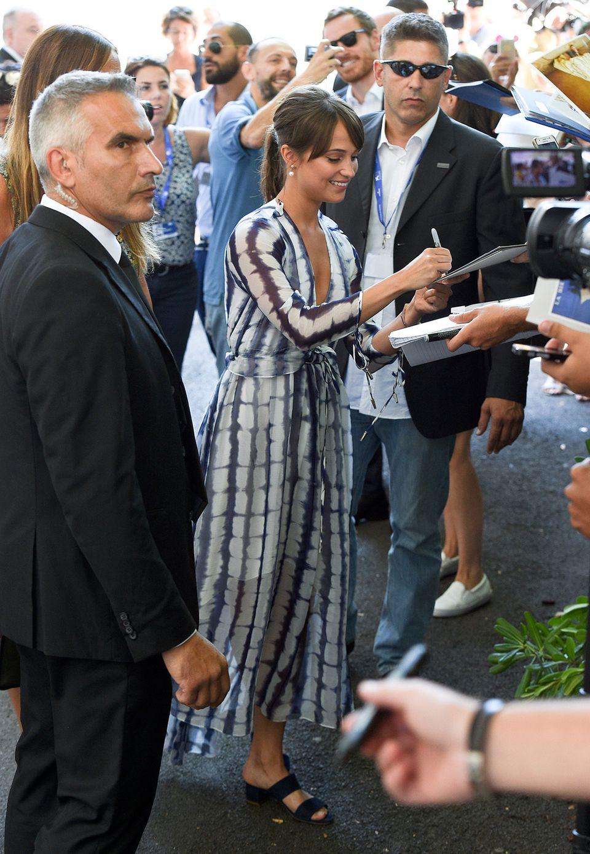 Alicia Vikander zeigt mit ihrem luftigen, blau-weißen Chiffon-Kleid, dass Batik auch sehr stylisch sein kann.