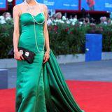 """Die chinesische Schauspielerin Jing Ke (""""Breathing"""") bezaubert zwar in ihrem smaragdgrünen Seidenkleid, die lange Schleppe allerdings wurde für sie zur Stolperfalle."""