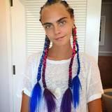 """Für ihr futuristisches Outfit hat sich Cara Delevingne vorher extra die Haare von der Hollywood-Friseurin Laura Polko machen lassen. Sie nennt die farbenfrohe Flechtkreation """"Mad Max Braids""""."""