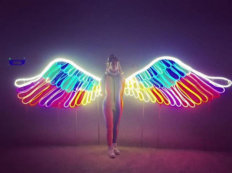 """Sich selbst bezeichnet Katy Perry in diesem Outfit als """"Lichterfee"""". Dabei ist ihr Regenbogen-Overall schon Hingucker genug."""
