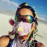 """Wie von einem anderen Stern sieht nicht nur Cara Delevingne aus. Auch Katy Perry setzt auf einen crazy """"Star-Trek-Look"""" samt bunt eingeflochtenen Zöpfen. Um den Wüstensand nicht einzuatmen trägt sie außerdem einen Mundschutz mit Plüsch-Faktor."""