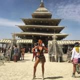"""Im Schnür-Monokini posiert Model Nina Agdal vor dem """"Burning Man Tempel"""" und sieht damit etwas aus wie eine Kriegerin aus der Zukunft. Die großen verspiegelten Sonnenbrillen, die an die Ski-Piste erinnern, sind übrings das Must-Have des Festivals."""