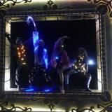 Outfit: an! Licht: an! Party: an!  Cara Delevingne trägt zusammen mit ihrer Festival-Crew wahre Outfit-HighLIGHTS.