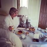 Elsa Pataky weiß eben wie man das Leben genießt. Es gibt nichts besseres als ein Frühstück im Bett und das auch noch in der Stadt der Liebe.