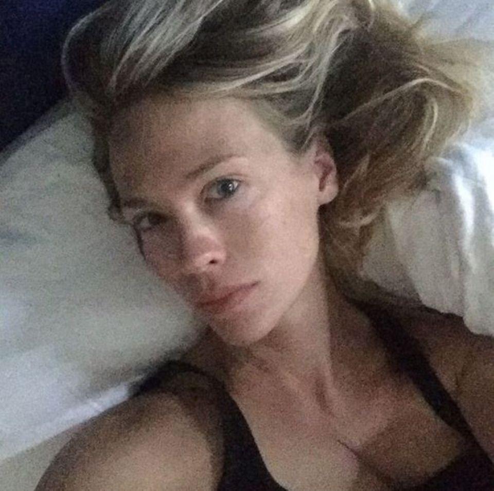 Ein sehr beliebter Selfiespot ist und bleibt das Bett, January Jones macht es hier vor.