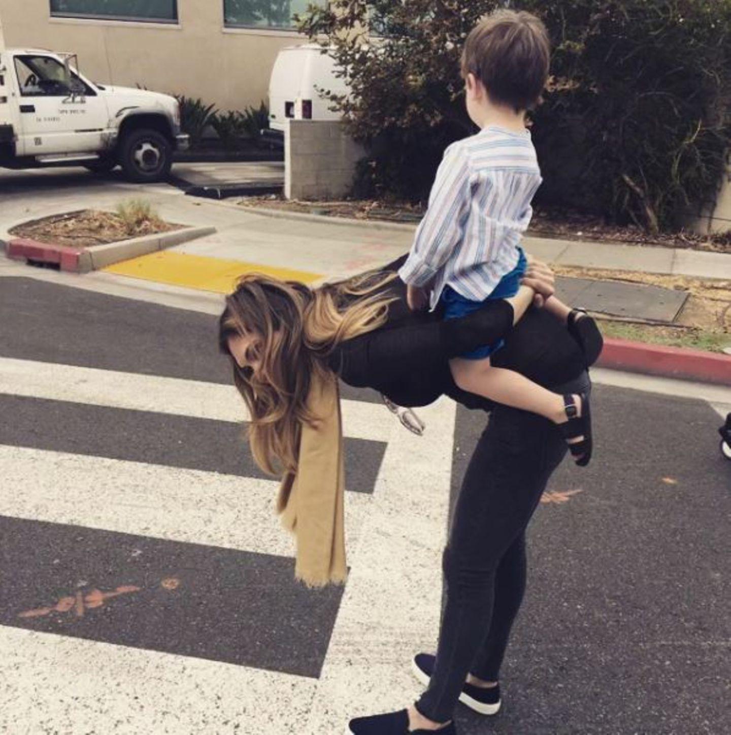 Oktober 2016   Auch bei den Field-Williams nutzen die Kinder jede Gelegenheit aus, getragen zu werden. Auch der kleine Charlton kennt alle Tricks.