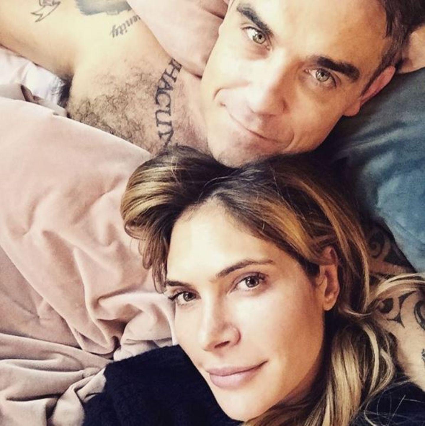 """November 2016   Robbie Williams hat dieser Tage viel zu feiern, gerade ist sein neuestes Werk """"The Heavy Entertainment Show"""" veröffentlicht worden. Aber das schönste Fest ist und bleibt das Kuscheln mit seiner Frau Ayda Field."""