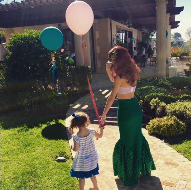 September 2016   Happy Birthday kleine Theodora! Robbie und Ayda verwöhnen das Geburtstagskind mit bunten Luftballons und Meerjungfrauen zum vierten Geburtstag.