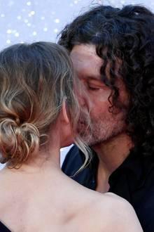 Für ihren Freund Doyle Bramhall II gibt zwischendurch auf dem roten Teppich einen Kuss.