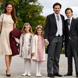 Taufe Prinz Alexander von Schweden: Der Neffe von Königin Silvia, Patrick Sommerlath, in Begleitung seiner Familie. Seine Töchter wollten als Blumenmädchen gehen. Seine Ehefrau Maline Luego wählte ein dezentes Sommerkleid.