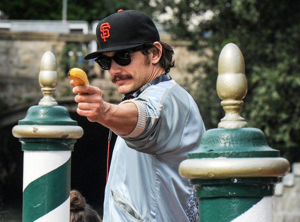 Hände hoch! James Franco zielt mit einer Banane auf die Paparazzi.