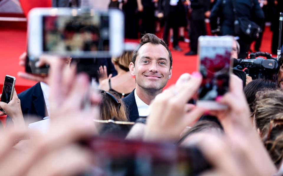 """Hallöchen! Hauptdarsteller Jude Law grüßt bei der Premiere von """"The Young Pope"""" die Fans."""