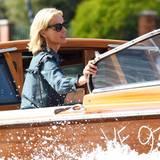 Model Eva Herzigova reist natürlich stilecht mit dem Wassertaxi an.