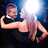 """Bei der """"Arrival""""-Premiere strahlen Jeremy Renner und Amy Adams mit dem Blitzlicht um die Wette."""