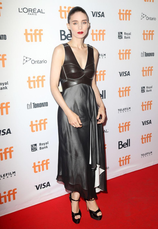 """In Leder und Seide erinnert Rooney Mara bei der """"Una""""-Premiere ein wenig an eine schüchterne Domina."""