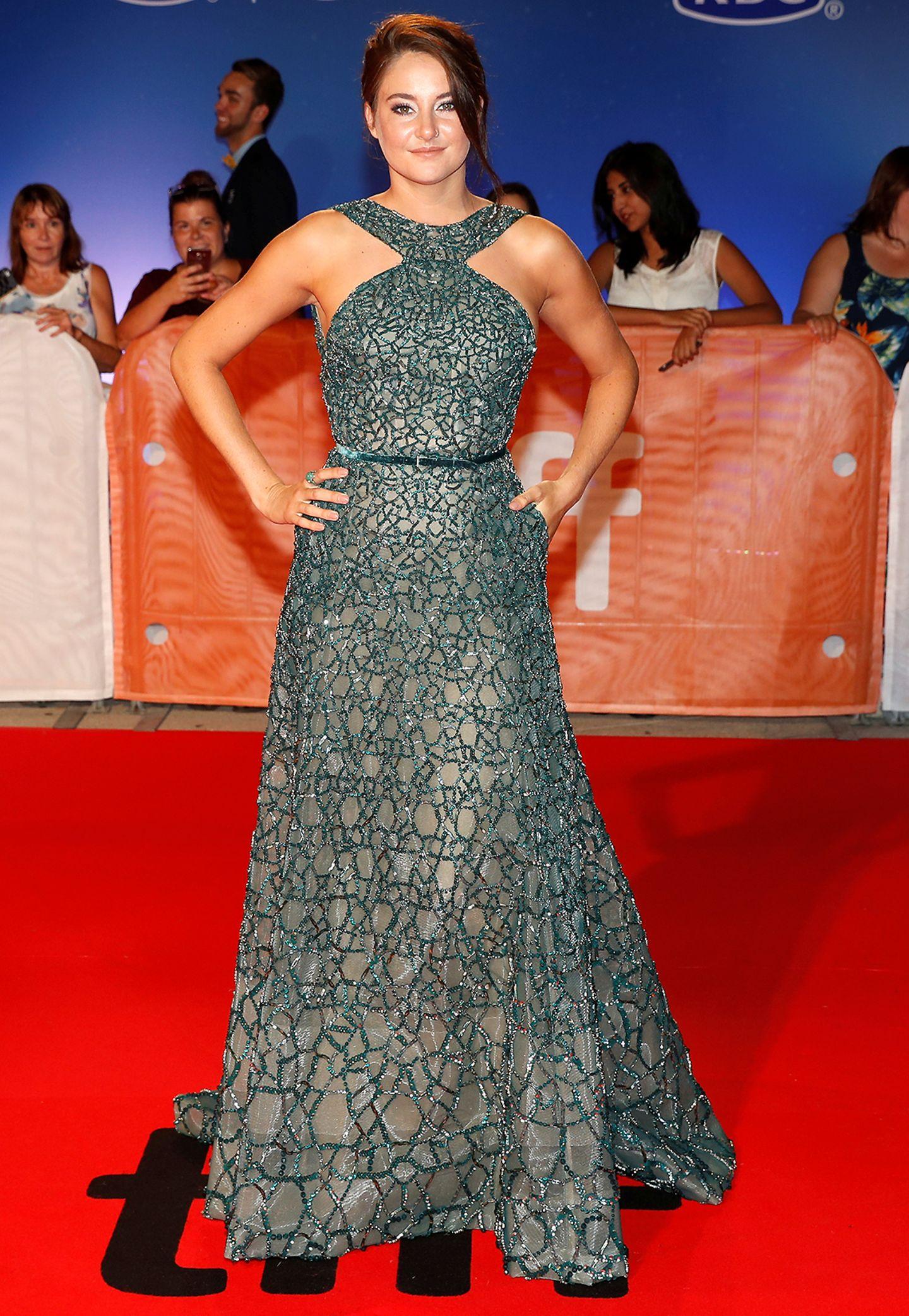 Shailene Woodley trägt ein bodenlanges glitzerndes Kleid.
