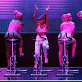 Ariana Grande und ihre Tänzerinnen zeigen auf Spinning-Rädern, wie fit sie sind.