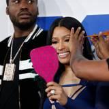 Nicki Minaj braucht auf dem roten Teppich (der diesmal weiß ist) viel Aufmerksamkeit ihrer Stylistin.