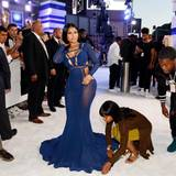 Nicki Minaj braucht Hilfe, um für die Fotografen perfekt auszusehen.
