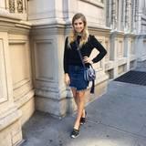 """Die Fashionista trägt einen Rock von Rag & Bone, Schuhe von Valentino und eine Tasche von """"Tory Burch""""."""
