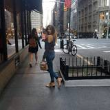 Accessoire-Expertise: Ihre Handtasche und Ankle Boots hat Fashionista Cathy Hummels farblich aufeinander abgestimmt.